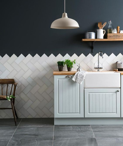 Kitchen splashback tiles ideas - classic white wall tiles placed diagonally with a zig zag border